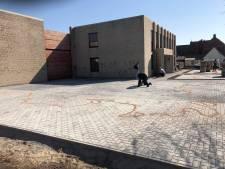 Vandalen spuiten graffiti op gevel van kantoorgebouw en gieten olie op parking