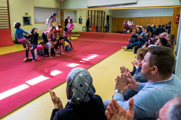 De kinderen van Circus Kummelé vormen tijdens een optreden voor vrienden en familie een menselijke piramide.