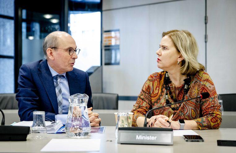 Minister Van Nieuwenhuizen (rechts). Beeld ANP