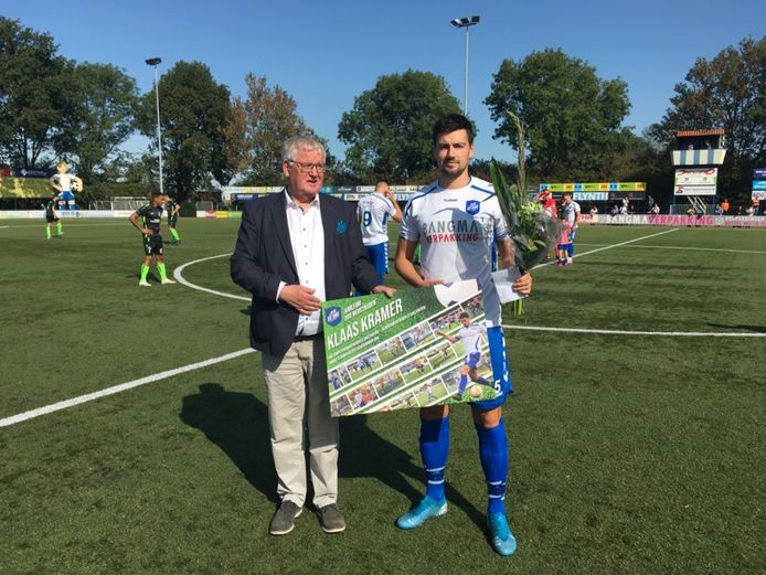 Voorzitter Dick Hellinga (links) toen hij onlangs verdediger Klaas Kramer huldigde voor zijn tweehonderdste wedstrijd voor SV Urk.