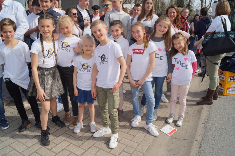 De jonge supporters hebben passende T-shirts aangetrokken.