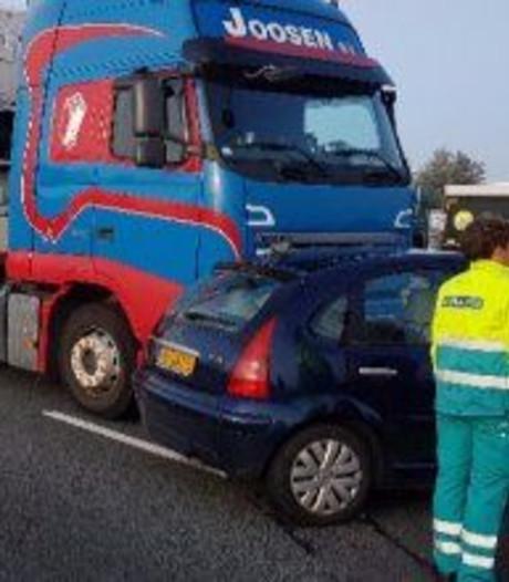 Auto dwars voor vrachtwagen op A4, niemand gewond