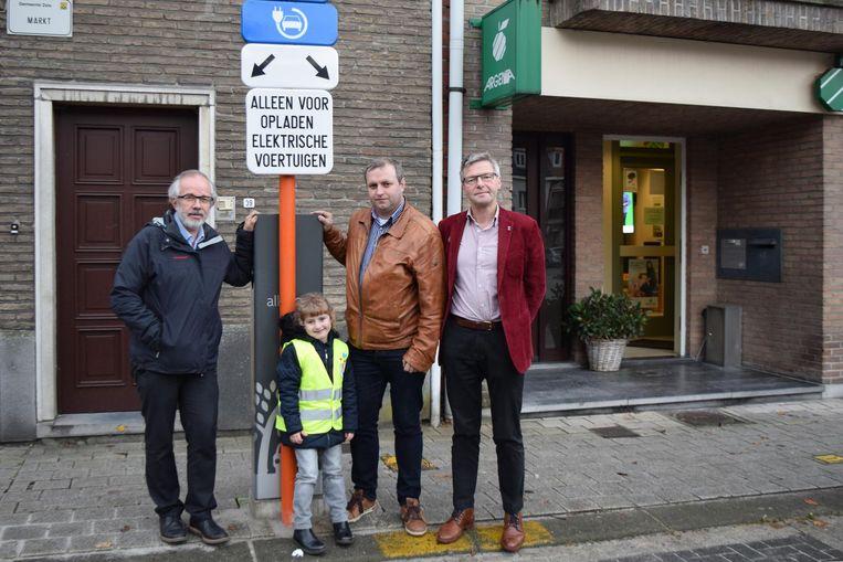 Burgemeester Patrick Poppe (l.), schepen Geert Roosenboom (m.) en buurtbewoner Marc Verberckmoes bij de elektrische laadpaal.