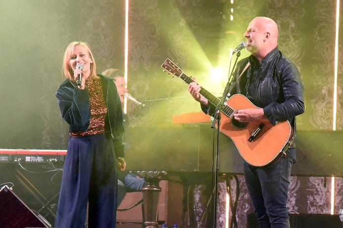 Paskal Jakobsen en Geike Arnaert vertolken het nummer 'Zoutelande'