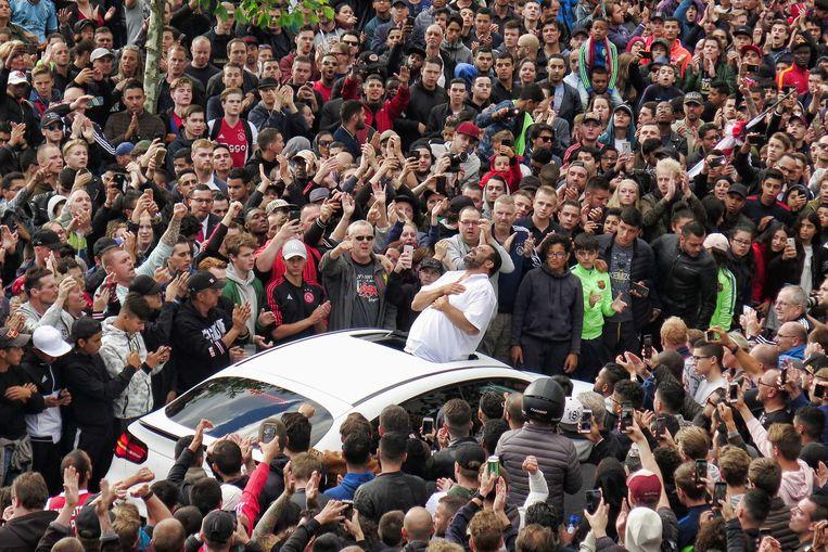 De vader van Abdelhak Nouri bedankt de fans voor hun komst bij het huis van de Ajacied.
