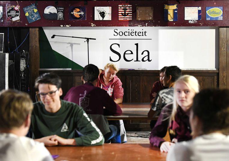 Eerstejaars studenten in Wageningen eten een mensamaaltijd bij studentenvereniging SSR-Wageningen. Beeld ANP