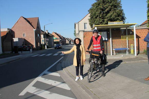 Annick Lambrecht startte met liften in het centrum van Dentergem, omdat er geen bussen naar Tielt rijden in de voormiddag, Dries kon meteen met de fiets vertrekken.