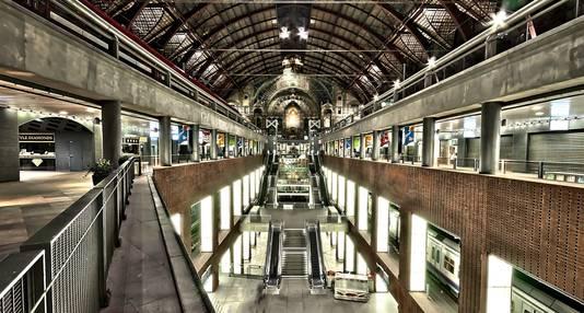 Een panoramische foto in het station.