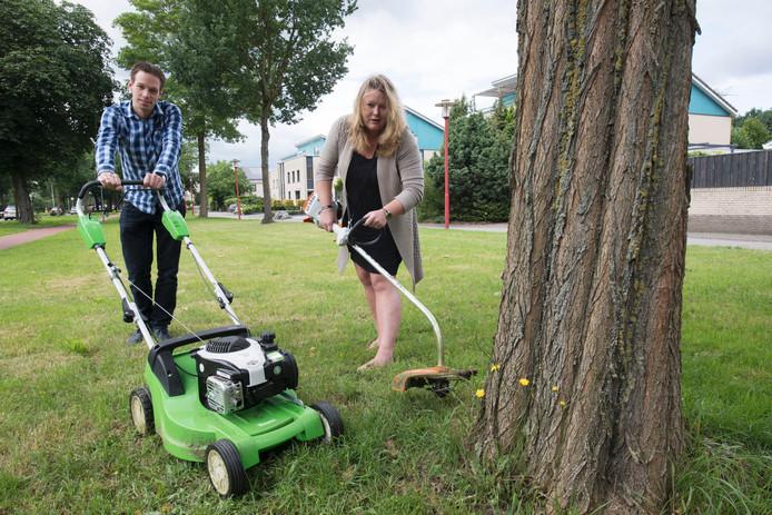 Martin Bakker en Helen Landstra met de door de wijk ontvangen grasmaaier- en trimmer