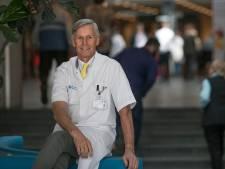 Koffie drinken tijdens afscheidsreceptie van plastisch chirurg Julien van Rappard