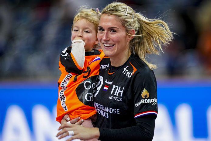Estavana Polman met haar dochter Jesslynn na de wedstrijd tegen Angola op het WK handbal in Japan in december.