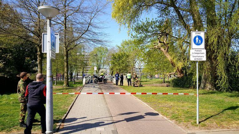 Bij de Piet Peelenburg in Osdorp hengelde een magneetvisser een ontsteking van een explosief naar boven. Beeld -