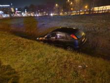 Auto belandt in greppel langs Rondweg Oost