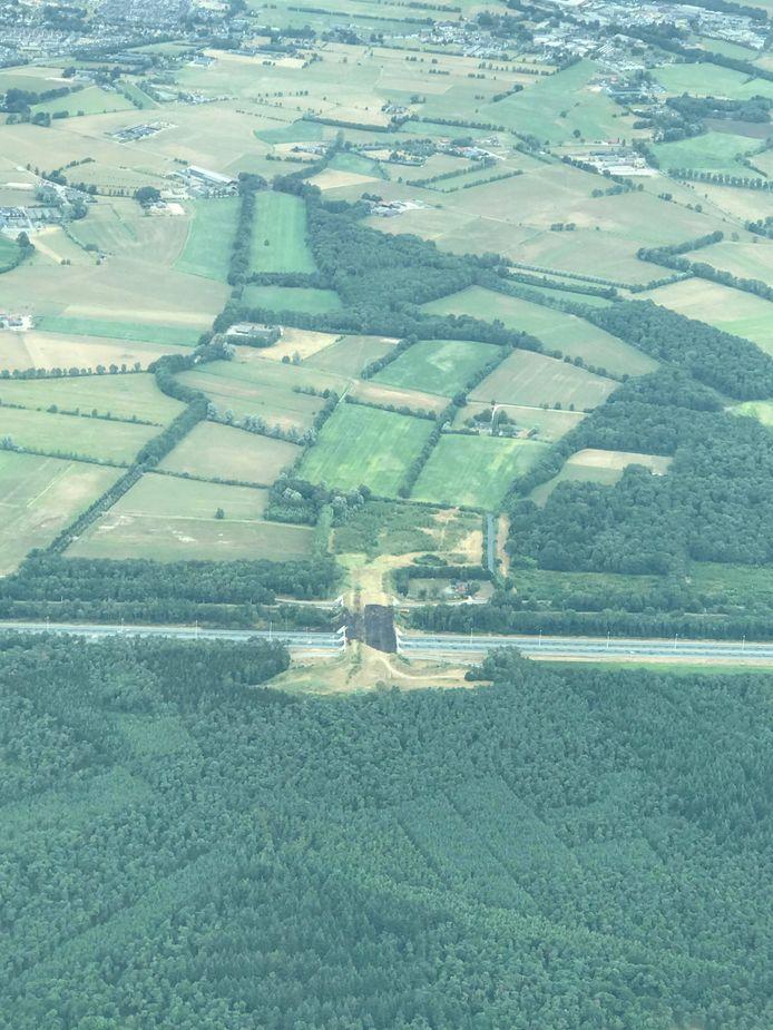 Luchtfoto van de brand bij het ecoduct over de A12, ter hoogte van Woudenberg tussen Maarsbergen en Veenendaal.