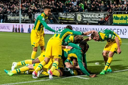 Spelers vieren de 1-1 van ADO Den Haag speler Mike Havenaar tegen PSV