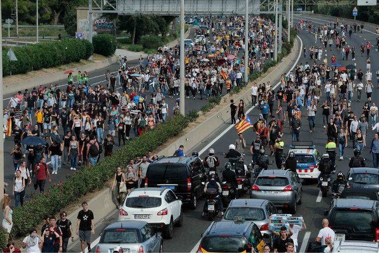 Demonstranten op de weg naar de luchthaven El Prat bij Barceona.  Beeld null
