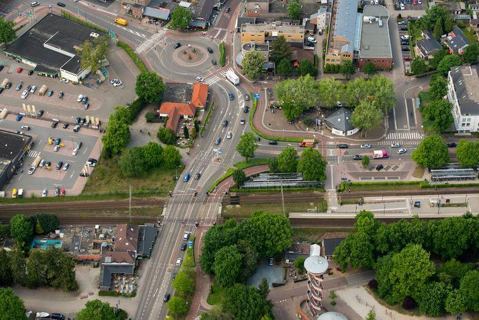 Deze spoorwegovergang bij station Nunspeet (rechts) moet plaats maken voor een tunnel.