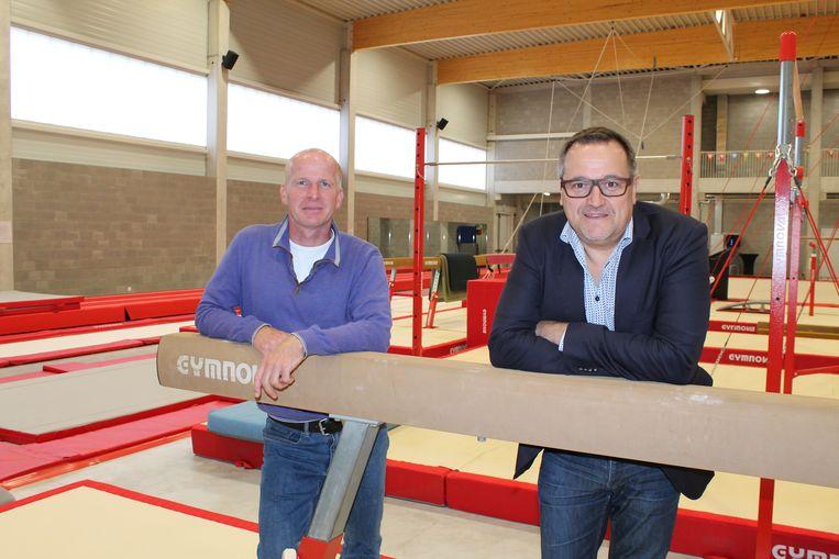 Sportschepen Ivo Andries en sportfunctionaris Michel De Herdt in de nieuwe gymzaal.