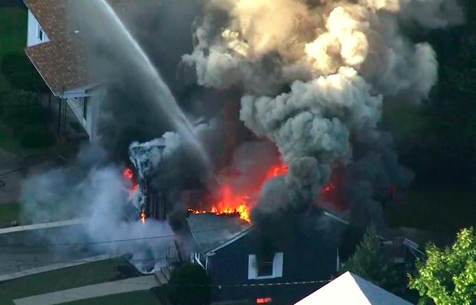 Vlammen slaan uit een huis in Lawrence nabij Boston in de Amerikaanse staat Massachusetts.
