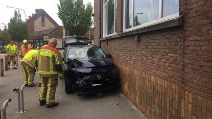 Auto knalt tegen paaltje en gevel school in Heule