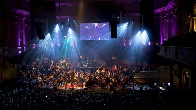 Het Kyteman Orchestra, het Groot Omroepkoor en het Radio Filharmonisch op het podium, vrijdag in het Concertgebouw. Beeld Hans Roggen