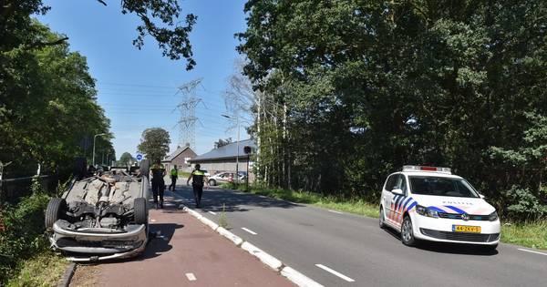 Auto slaat over de kop na botsing in Moergestel.