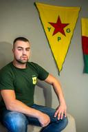 Devin voor een YPG-vlag, terug in Nederland.