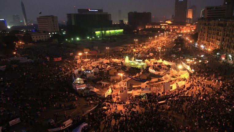 Het Tahrirplein gisteren na zonsondergang, als demonstranten tegen het huidige bewind weer bijeen komen. Beeld epa