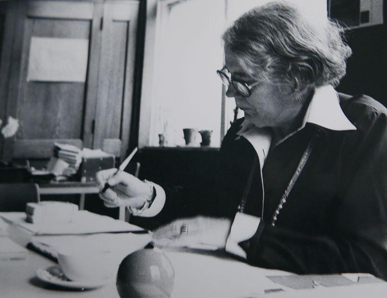 In de jaren zeventig in de Blindenbibliotheek. 25 jaar lang bestierde ze de Amsterdamse blindenbibliotheek. Voor haar was iedereen gelijk, ze was haar tijd met die inclusieve blik ver vooruit. Beeld -