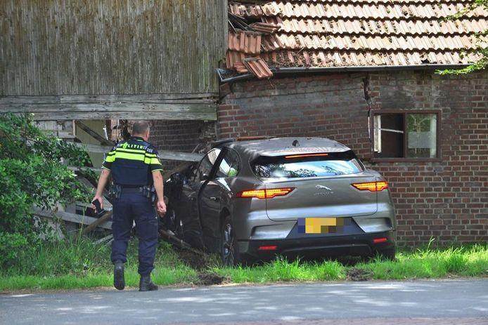 De bestuurder raakte gewond nadat hij met zijn auto een woning inreed.