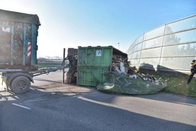 Vrachtwagen kantelt op A16 Prinsenbeek