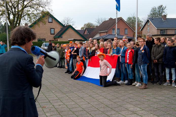 De leerlingen van het Agnieten College in Nieuwleusen zingen onder leiding van leraar Mink de Vries uit volle borst het Wilhelmus.