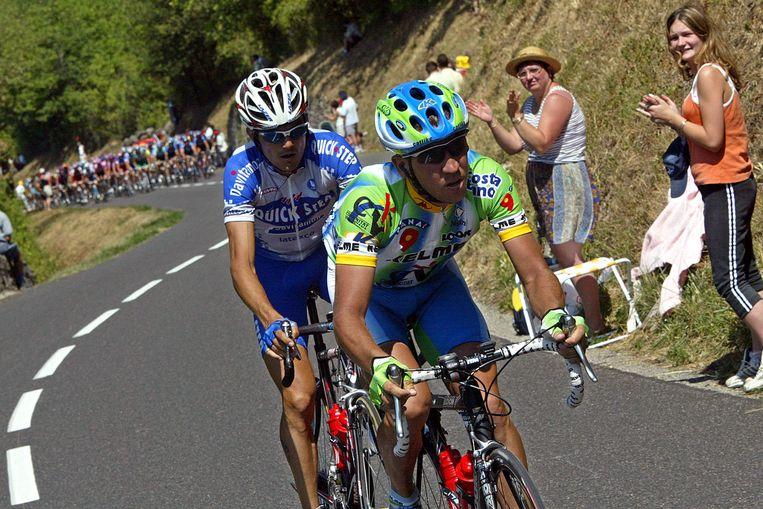 Jesus Manzano rijdt voor Richard Virenque naar Morzine in de Tour van 2003. Beeld AFP
