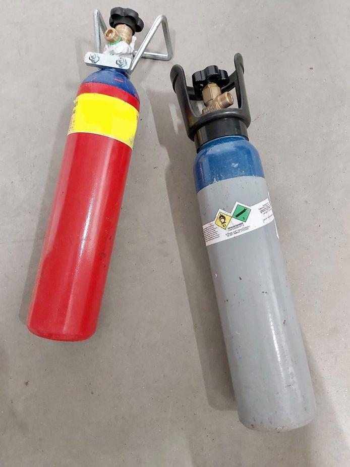 Archieffoto. Twee flessen met lachgas. De politie van Oostende nam er zo enkele in beslag.