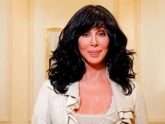 """Cher bezoekt """"eenzaamste olifant ter wereld"""" die dankzij haar hulp nieuwe thuis krijgt"""