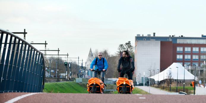 Klaas Bakker (rechts) wil de nieuwe fietsburgemeester van Enschede worden. Naast hem Ludwig Grobe.