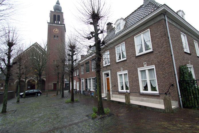 Veel mensen vinden het jammer dat deze huizen tegenover de H. Bartholomeuskerk in Zevenbergen moeten worden gesloopt.