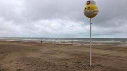 Naast het 'lachend kakje' nu ook emoji met mondmasker op Oostends strand