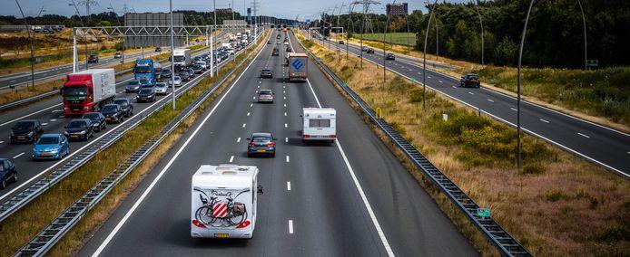 De Randweg bij Eindhoven, hier de A67, is de locatie waar mogelijk een windmolen zou kunnen komen te staan; nader regionaal onderzoek volgt. Langs de Randweg is ook plaats voor zonneparken, zeggen B en W van Eindhoven. Archieffoto ANP ROB ENGELAAR