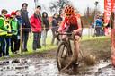 Marianne Vos fiets zich door de modder.