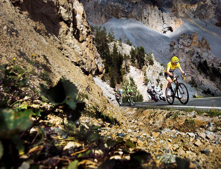 Christopher Froome fietst tegen de Col d'Izoard op Beeld Klaas Jan van der Weij / de Volkskrant