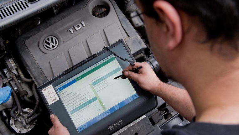 Een Volkswagenmotor wordt getest. Het woord 'sjoemelsoftware' is ontstaan door de fraude die het autoconcern pleegde. Beeld epa