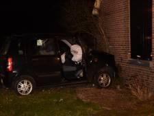 Auto mist bocht en rijdt tegen gevel van woning in Hummelo
