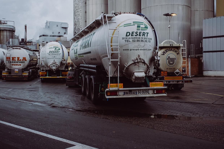 Een vrachtwagen rijdt de parking van de Tereos-fabriek op, vlak bij de plaats van het ongeval.