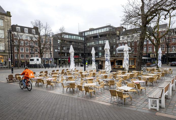 Een leeg terras in het centrum van Den Haag nadat horeca gesloten is vanwege maatregelen tegen het coronavirus