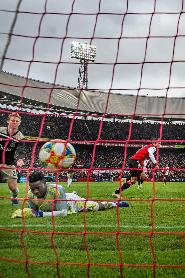 Robin van Persie (Feyenoord) scoort de 3-2 vlak voor rust, 27 januari 2019. Beeld Guus Dubbelman / de Volkskrant
