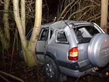 Auto belandt tussen de bomen op A325, twee gewonden
