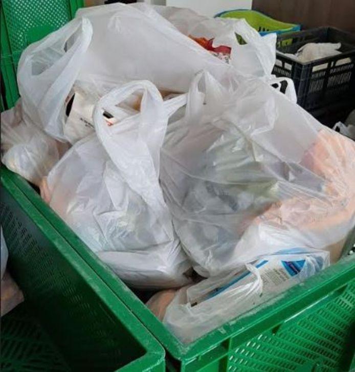 De voedselpakketten zitten in voorverpakte plastic tasjes.