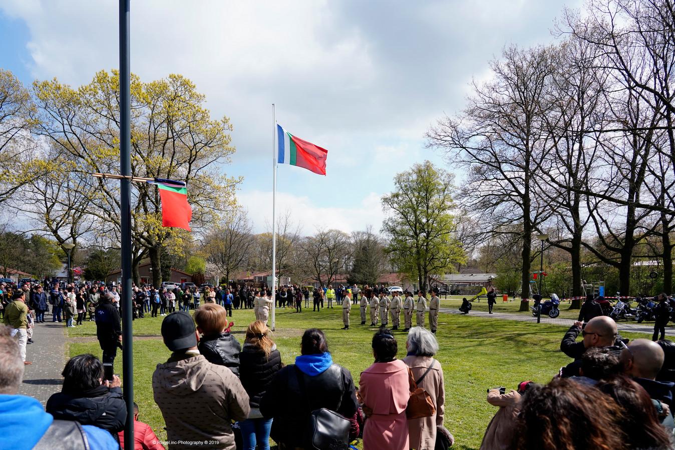 Ruim zeshonderd motorrijders van de Peringatan Ride Out togen naar Vught. Daar genoten ze de lunch en hielden een minuut stilte bij de RMS vlag.