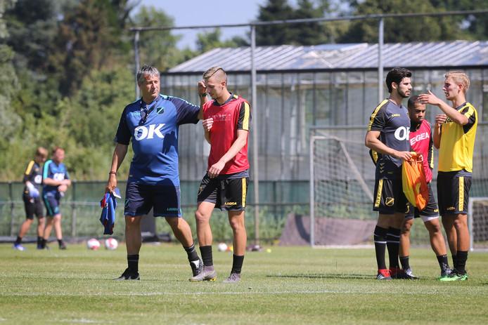 Ruud Brood (l) op de training in gesprek met Adrija Filipovic.